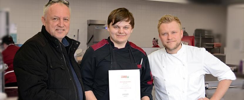 Lebenshilfe-Ennstal-Obmann Michael Fasching B.A. (links) und Benissimo-Küchenchef Patrick Köberl (rechts) gratulierten dem frischgebackenen Koch Martin Möstl zur bestandenen Lehrabschlussprüfung.