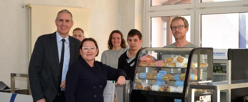 Direktor Jürgen Jenecek (Bildungszentrum Nord) und Gertrude Rieger (Lebenshilfe Ennstal) mit dem Buffet-Team.